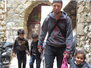 Der Autor begleitet Kindergartenkinder auf dem Nachhauseweg