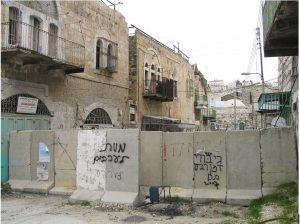 """Israelische Absperrungsmauer inmitten des Stadtzentrums von Al-Khalil/ Hebron. Grafiti: """"Tod den Arabern"""" und """"Rache!"""""""